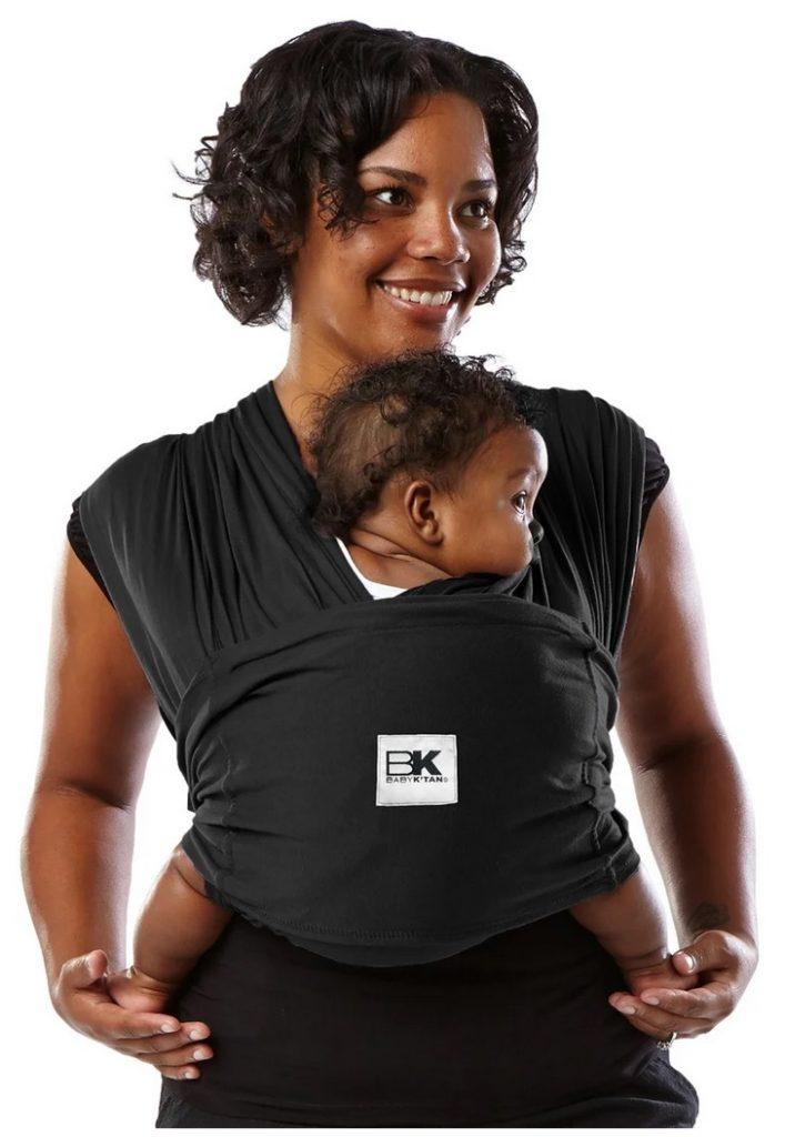 Baby Ktan bärsjal mamma som bär sitt barn i grodposition.