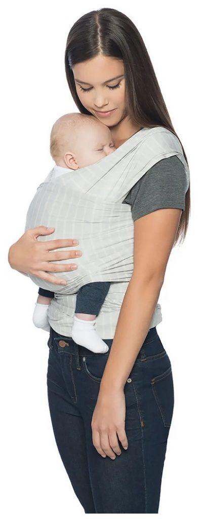 Ergobaby Aura bärsjal bra bärsjal här i ljusgrå färg en mamma som bär sin baby i sjalen.