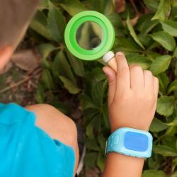 Pojke med blå GPS-klocka.