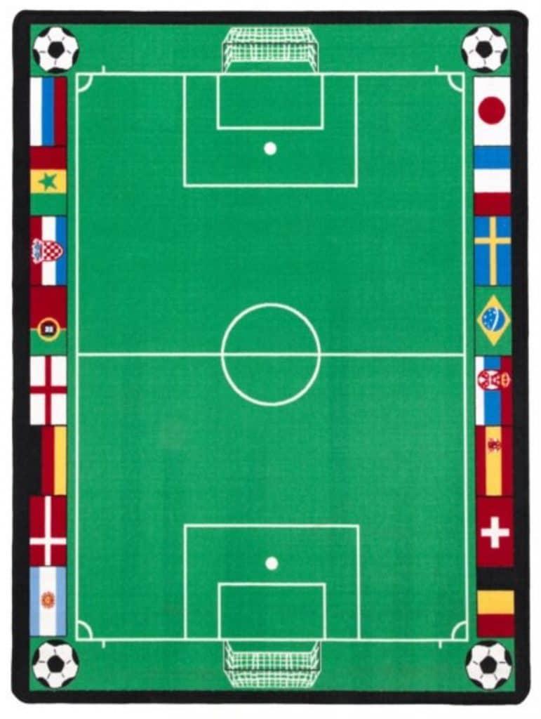 Lekmatta grön i form av en fotbollsplan med flaggor på sidorna.