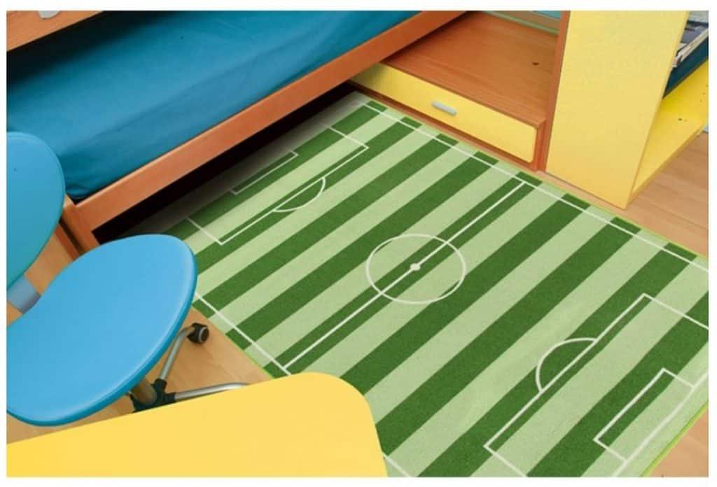 Barnrum med lekmatta som ser ut som en fotbollsplan.
