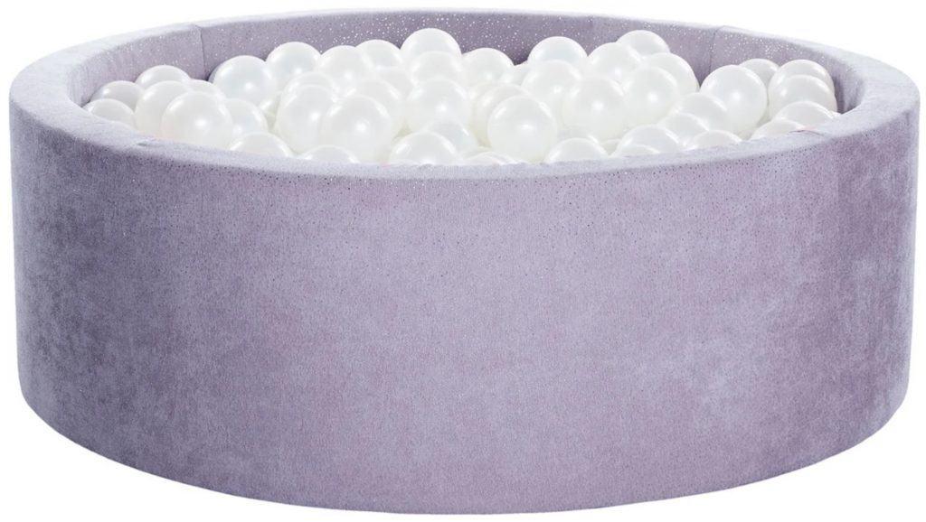 KIDII bollhav i lila färg fylld med vita bollar.