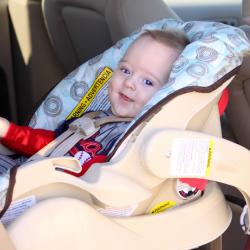 Barn i babyskydd i bil