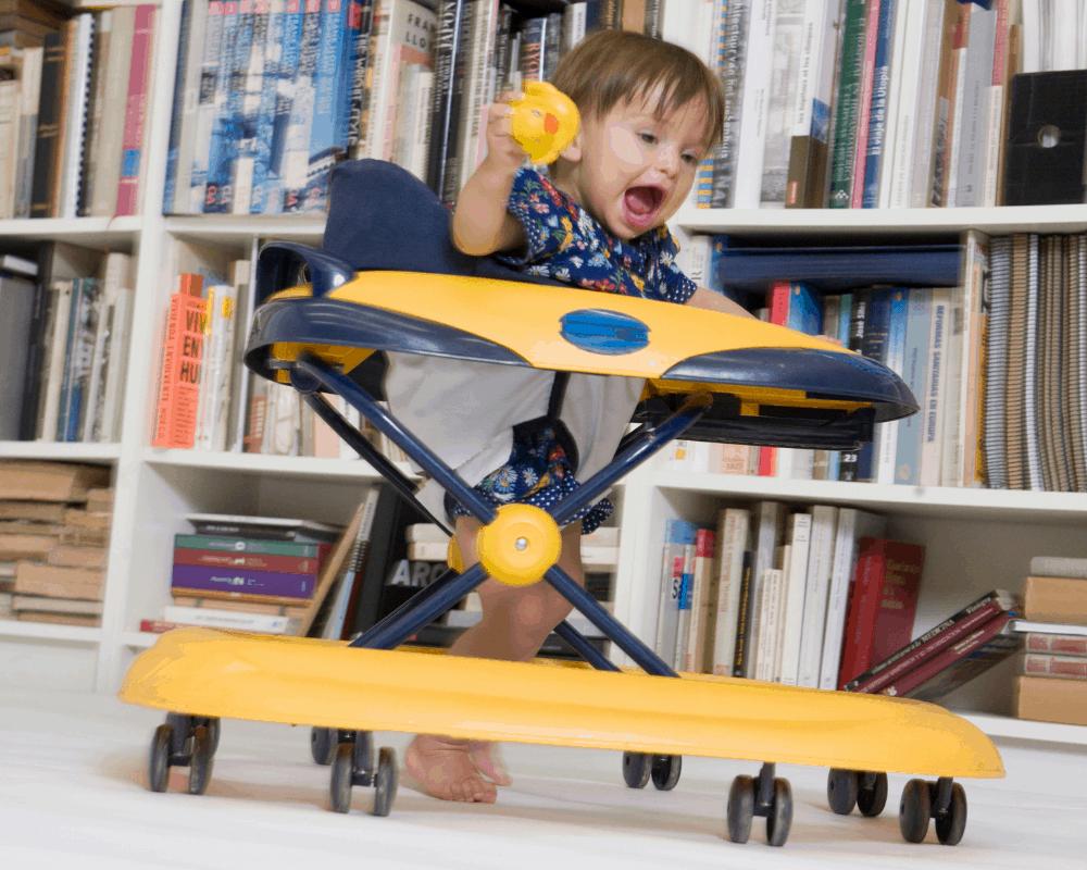 Glatt barn leker i den bästa gåstolen