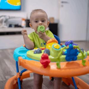 Barn i en bäst i test gåstol sitter och leker