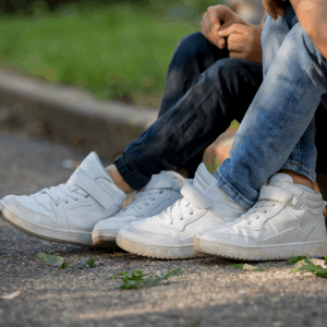 Två barns sneakers i närbild