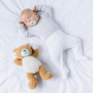 Bebis sover på rygg utan kudde